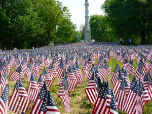 37.000 kleine US-Flaggen zum Gedenken an jeden Menschen aus Massachusetts, der in einem der Kriege gefallen ist.
