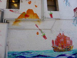 Teil 2: hier sieht man, wie die Pfeile das Auswandererschiff als Rosen erreichen mit Begriffen wie Glück, Familie usw.