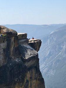 Man sollte halbwegs schwindelfrei sein; ich habe mich aber auch nicht ganz auf die vordere Felsplatte getraut...