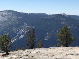 Blick auf den South Rim des Valleys mit Glacier Point und rechts oben der Kuppe = Sentinel Dome.