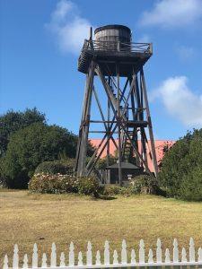 Alle paar Meter findet man diese Konstruktionen (Wassertürme?)