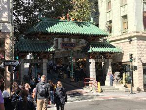 Das Tor symbolisiert den Eingang nach Chinatown, zumindest für die Touris...