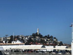 Blick vom Ferry-Building auf den Telegraph Hill mit dem Coit Tower.