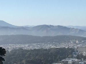Wenn man genau hinschaut, kann man die Golden Gate Bridge erkennen.